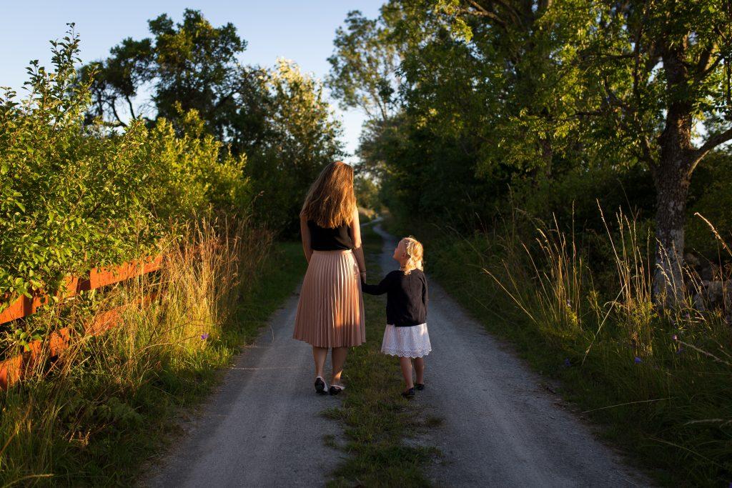 mamma med dotter på grusväg